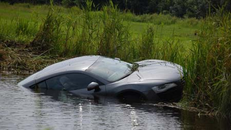 Testovací jízda Audi R8 skončila koupáním v řece