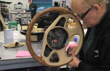 VIDEO: Jak se dělá luxusní interiér vozů Bentley?