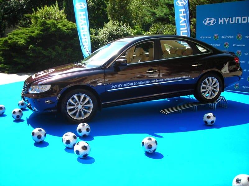 Nový vůz pro trenéra fotbalové reprezentace: Hyundai Grandeur