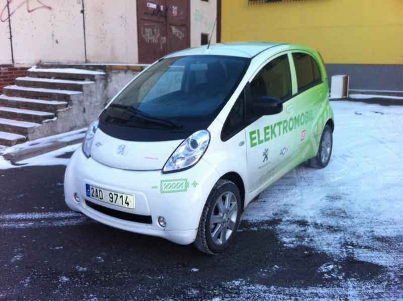 VIDEO: Elektromobil Peugeot iOn driftuje na sněhu