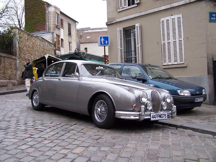 Jaguar Mk II zachycen v uličkách pařížského Montmartru