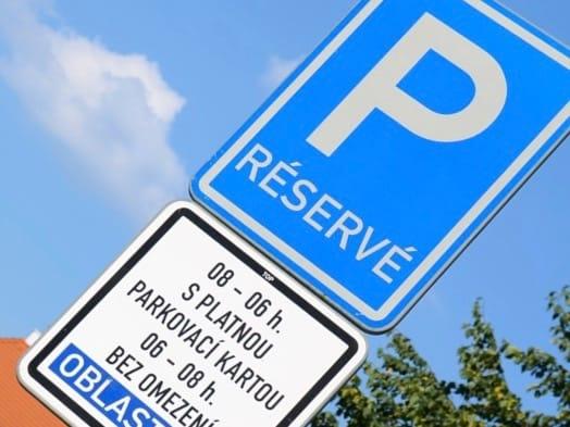 Parkovací zóny na Ládví: Praha 8 vás donutí za parkování platit, ale stejně nezaparkujete