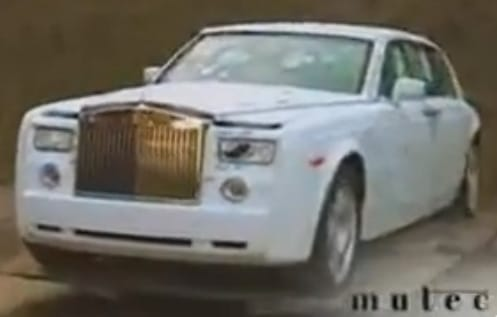 VIDEO: Rolls-Royce Phantom pod palbou a v plamenech
