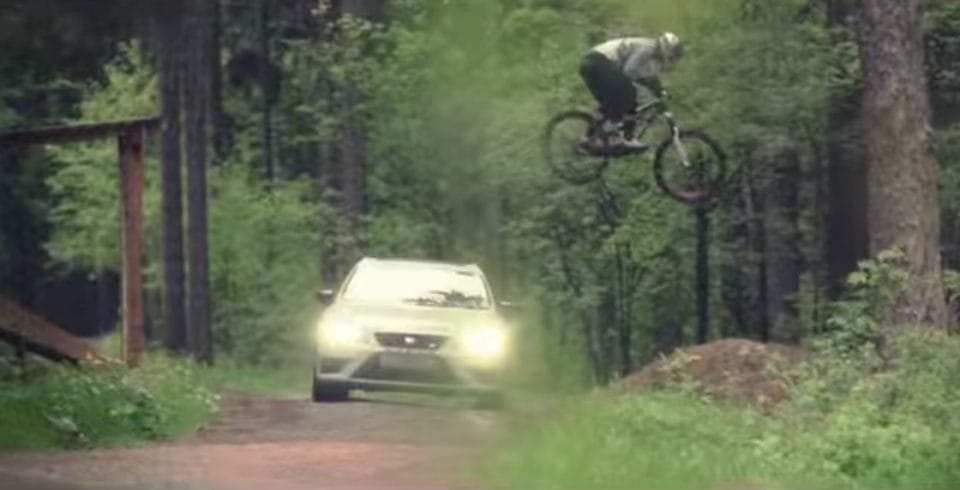 VIDEO: Seat Leon Cupra 280 vs. cyklista – závod na Ještědu