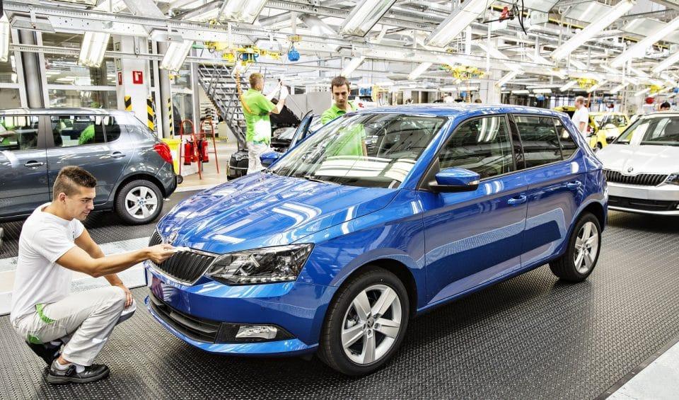 Výroba aut v Česku letos zase roste, vozový park má ale pořád 15 let