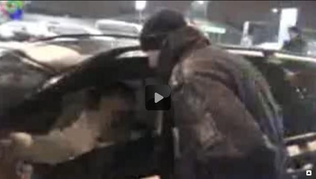 VIDEO: Taxikář vězní v autě zákazníka a nadává policii