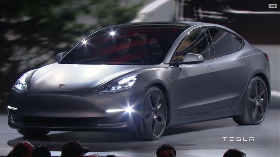 Tesla Model 3 představena. Elektromobil střední třídy koupíte za 850 tisíc