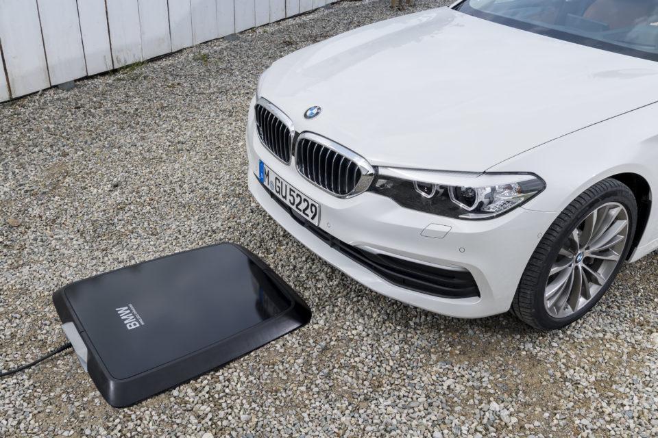 Bezdrátové nabíjení jde do prodeje. První ho dostane BMW 530e