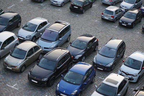 Kritický nedostatek parkovišť. Praha má 3500 P+R stání, aut přijíždí stokrát víc