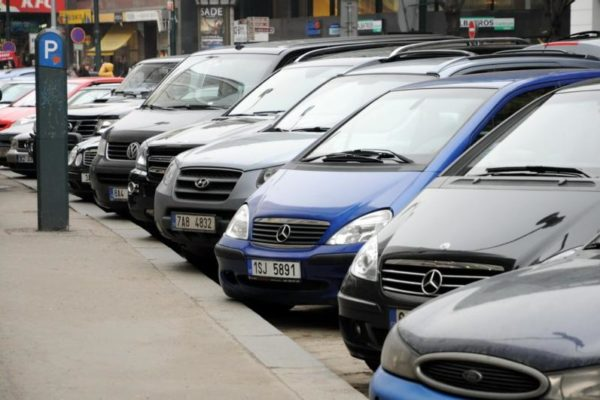 Parkování v Praze je peklo. Problém má 88 % řidičů