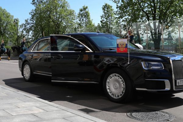 Putin má novou limuzínu. Od vznikající ruské značky Aurus