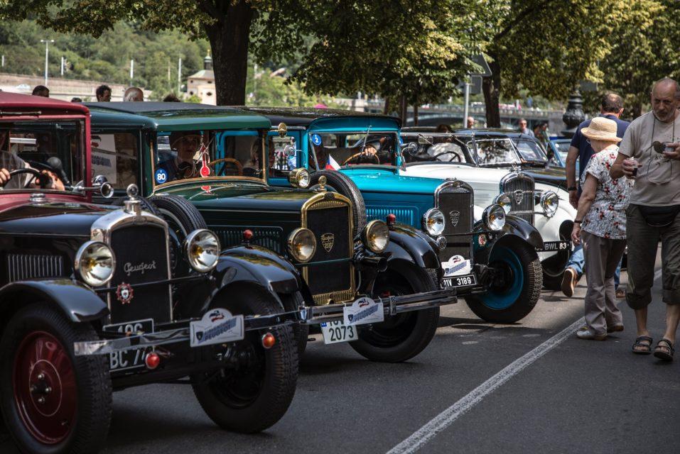 Francouzská elegance. Do Prahy se sjely historické Peugeoty, podívejte se