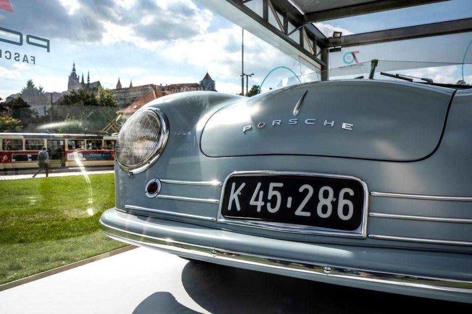 Porsche slaví 70 let. V Praze vystavuje svoje úplně první auto