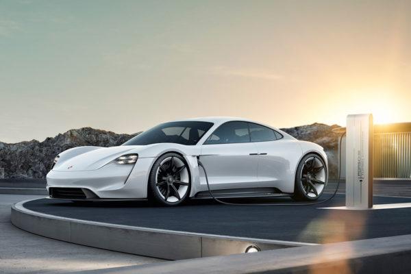 První elektromobil s koněm v erbu. Porsche Taycan bude stát jen 2 miliony