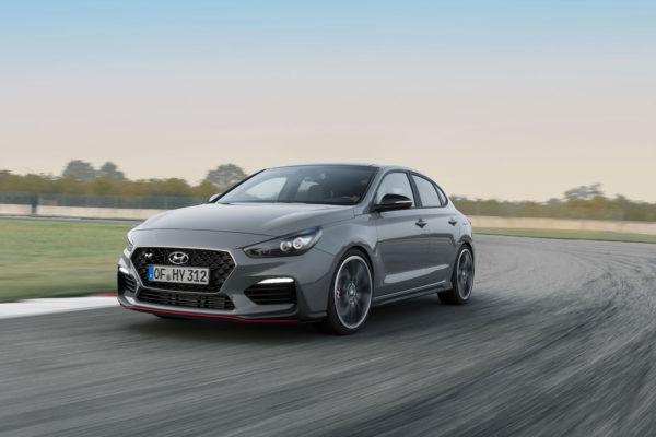 Z Říma do Paříže za 8 minut, cože? Hyundai odhalil ostrý Fastback i30 N