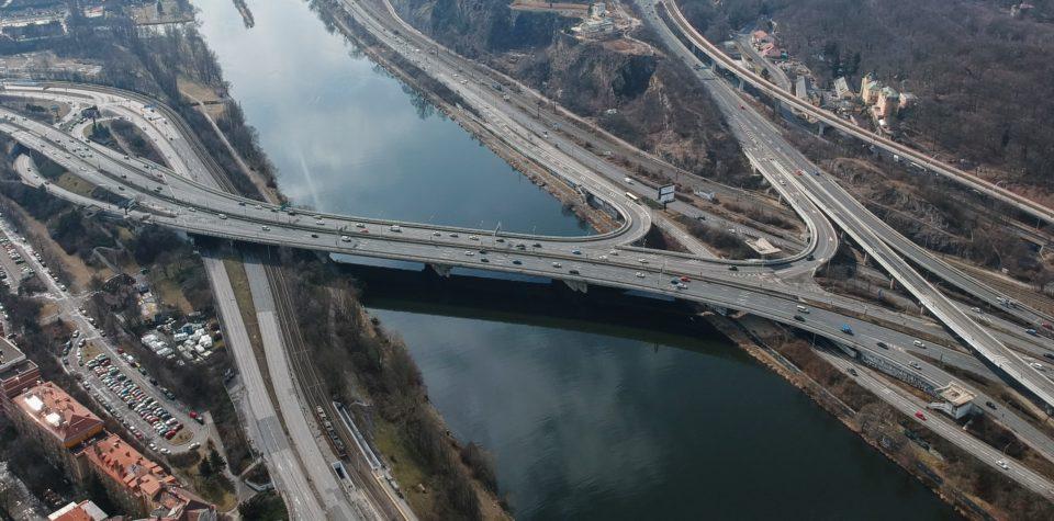 Osmipruhový Barrandovský most je nejrozáhlejším mostním dílem v Praze a součástí Městského okruhu. Foto: Petr Jedelský / CC BY-SA 4.0