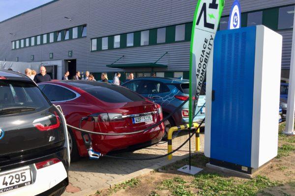 První česká nabíječka s výkonem 100 kW je u Říčan. Bohužel neveřejná