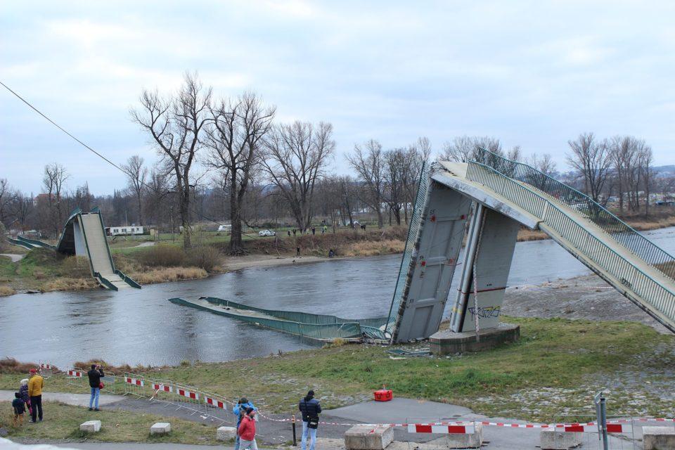 Zřícená Trojská lávka den po neštěsí, 3. prosince 2017. Foto: Jan Polák / CC BY-SA 3.0