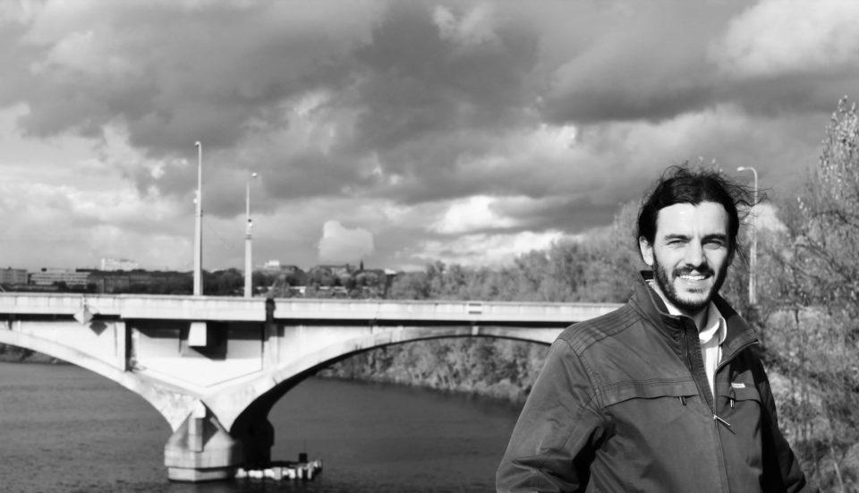 Adam Scheinherr, budoucí náměstek primátora pro dopravu. V pozadí Libeňský most, který stál u začátku jeho politické kariéry. Foto: FB/Adam Scheinherr
