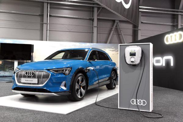 Další luxusní elektrické SUV jde do prodeje. Audi e-tron pořídíte za 2,1 milionu